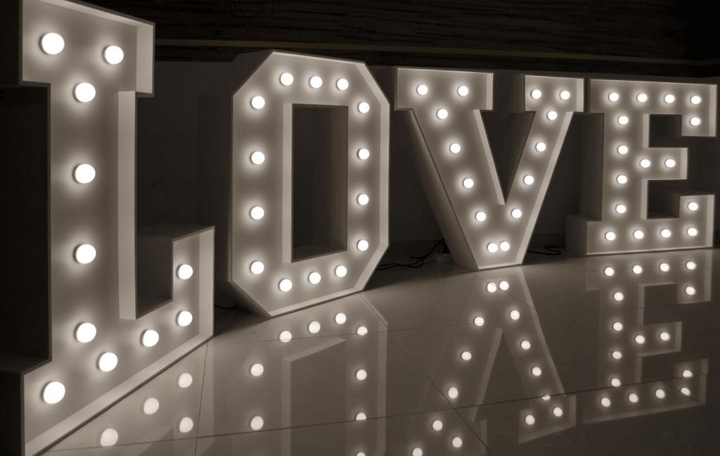 svíticí písmena LOVE bílá