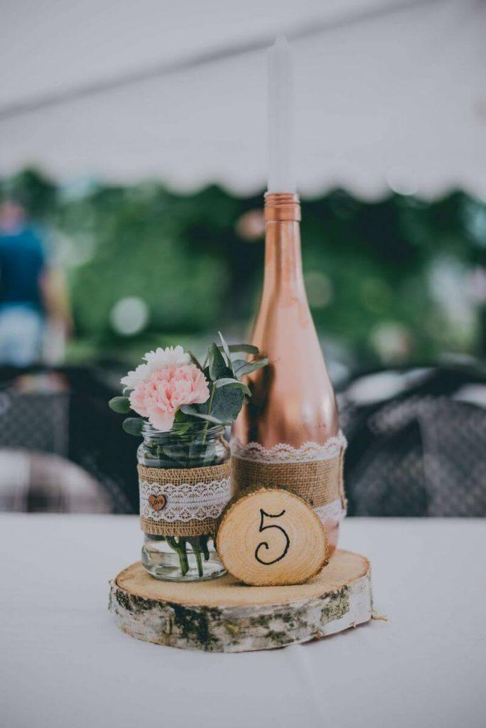 dřevěná kolečka a juta na svatbě