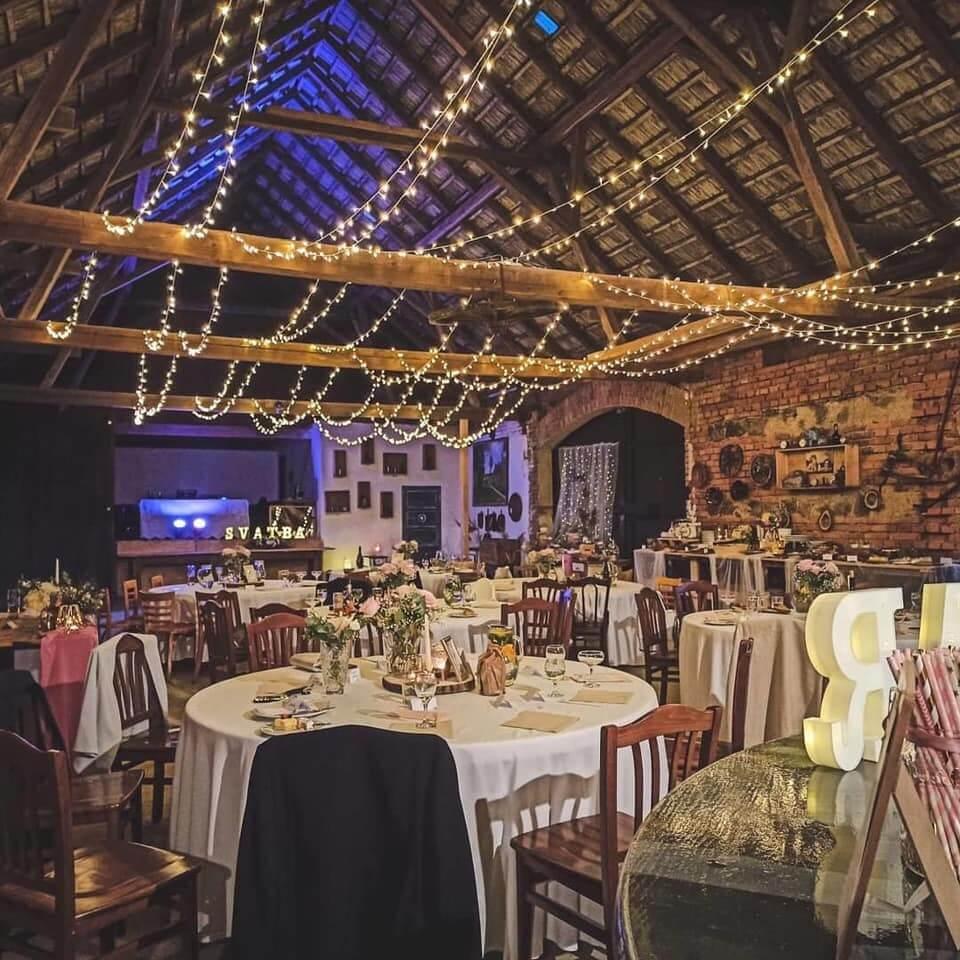 svatba ve stodole vypadá skvěle