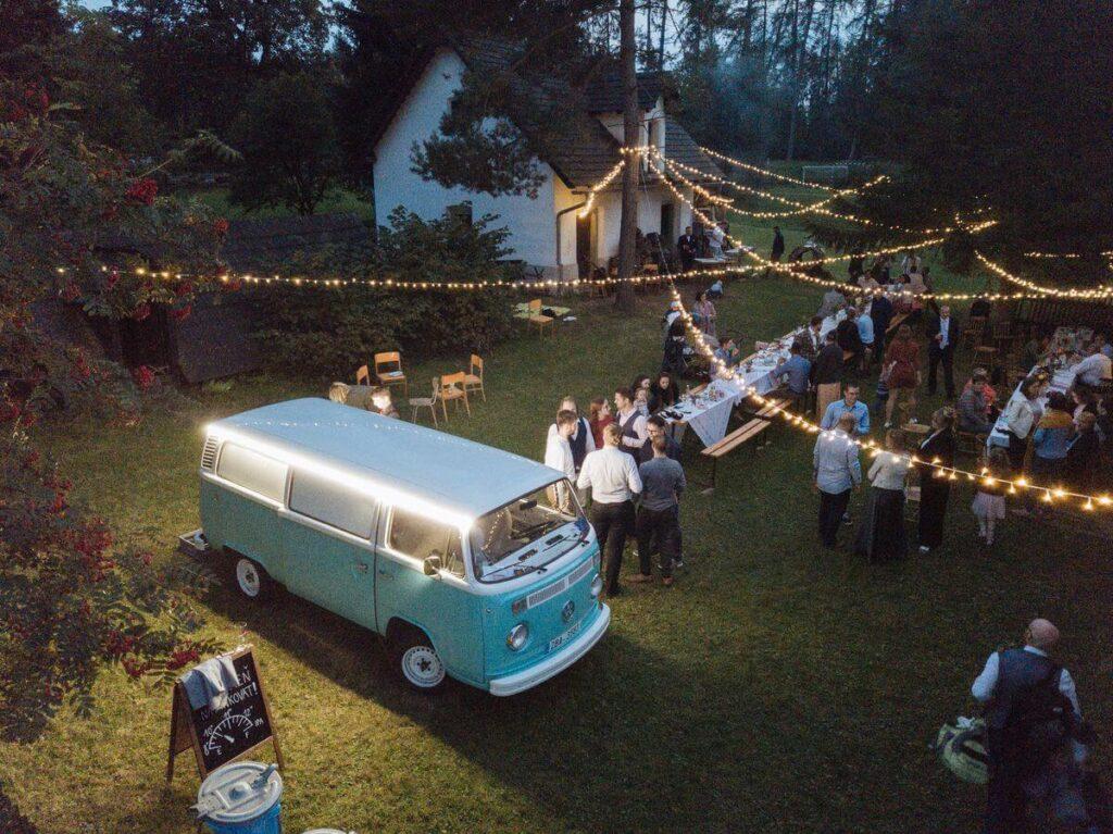 barevný minibus na svatbě